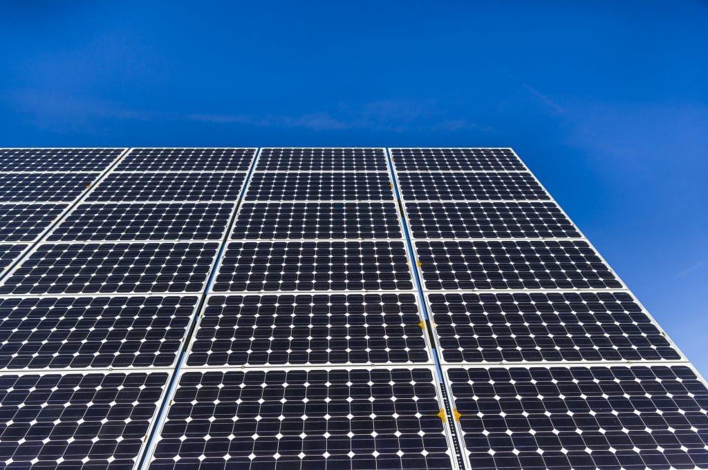Nahaufnahme, Detailansicht von Solarmodulen eines Solarkratwerks bei wolkenlosem und strahlendem blauen Himmel